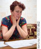 Пожилая женщина расстроена суммой в квитанции за коммунальные услуги. Стоковое фото, фотограф Вячеслав Палес / Фотобанк Лори