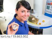 Купить «Technician in a dental lab presenting a prosthesis into the camera», фото № 19663002, снято 21 июля 2018 г. (c) easy Fotostock / Фотобанк Лори