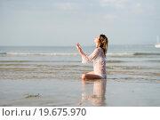 Девушка на берегу океана на закате солнца.. Стоковое фото, фотограф Евгений Андреев / Фотобанк Лори