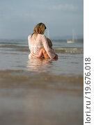 Мама с дочкой в волнах океана. Стоковое фото, фотограф Евгений Андреев / Фотобанк Лори