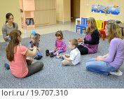 Купить «Совместное занятие детей с родителями в студии творческого развития», фото № 19707310, снято 17 апреля 2014 г. (c) Ирина Борсученко / Фотобанк Лори