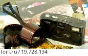 Купить «Устаревший фотоаппарат Kodak, две плёнки и старые фотографии из семейного альбома», фото № 19728134, снято 19 июля 2015 г. (c) Инга Прасолова / Фотобанк Лори