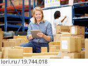 Купить «Workers In Warehouse Preparing Goods For Dispatch», фото № 19744018, снято 27 октября 2012 г. (c) easy Fotostock / Фотобанк Лори