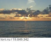 Купить «Золотой закат на Черном море, солнце и красивые облака», фото № 19849342, снято 22 декабря 2015 г. (c) DiS / Фотобанк Лори