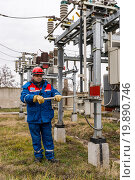 Купить «Электрик работает на подстанции высокого напряжения», фото № 19890746, снято 27 декабря 2015 г. (c) Станислав Илюк / Фотобанк Лори