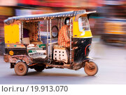 Купить «Autorickshaw in the street of Sadar Market, blurre», фото № 19913070, снято 19 сентября 2018 г. (c) easy Fotostock / Фотобанк Лори
