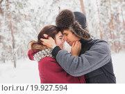 Купить «Молодая счастливая пара обнимается в зимнем парке», фото № 19927594, снято 4 июня 2020 г. (c) Полина Белобородова / Фотобанк Лори