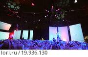 Купить «Официанты готовят банкетный зал к приему», видеоролик № 19936130, снято 11 января 2016 г. (c) Алексей Собченко / Фотобанк Лори