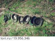 Военные фуражки лежат на земле в лесу. Стоковое фото, фотограф Алина Щедрина / Фотобанк Лори