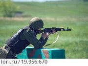 Солдат стреляет из автомата (2015 год). Редакционное фото, фотограф Алина Щедрина / Фотобанк Лори