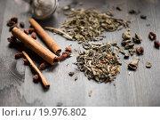 Купить «Рассыпанный чай, палочки корицы и ситечко на темном деревянном фоне», фото № 19976802, снято 13 июня 2015 г. (c) Jan Jack Russo Media / Фотобанк Лори