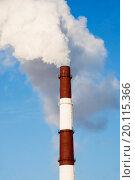 Дымящяя труба  на фоне синего неба. Стоковое фото, фотограф Александр Щепин / Фотобанк Лори
