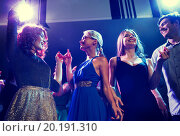 smiling friends dancing in club. Стоковое фото, фотограф Syda Productions / Фотобанк Лори