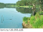Рыбак тянет рыбу на берег. Стоковое фото, фотограф Александр Басов / Фотобанк Лори