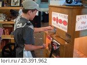 Купить «USA, PHILADELPHIA - 02 SEP, 2014: Little boy (with model release) is making souvenir with the penny pincher.», фото № 20391962, снято 2 сентября 2014 г. (c) Losevsky Pavel / Фотобанк Лори