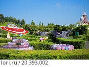 Купить «FRANCE, PARIS - 10 SEP, 2014: Labyrinth with Cheshire cat by Alice in Wonderland fairy-tale on Disneyland.», фото № 20393002, снято 10 сентября 2014 г. (c) Losevsky Pavel / Фотобанк Лори