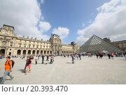 Купить «PARIS, FRANCE - SEP 11, 2014: Area with lots of tourists near the main entrance to the Louvre», фото № 20393470, снято 11 сентября 2014 г. (c) Losevsky Pavel / Фотобанк Лори