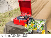 Купить «gramophone with a plate camera and flowers on the table», фото № 20394226, снято 12 июля 2014 г. (c) Losevsky Pavel / Фотобанк Лори