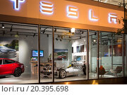 Купить «USA,WASHINGTON - 30 AUG, 2014: Showroom Tesla with a car.», фото № 20395698, снято 30 августа 2014 г. (c) Losevsky Pavel / Фотобанк Лори