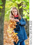 Купить «Счастливая девушка стоит в осеннем лесу с венком из листьев клёна в руках», эксклюзивное фото № 20416222, снято 1 октября 2015 г. (c) Игорь Низов / Фотобанк Лори