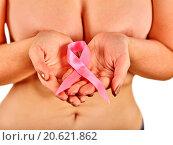 Купить «Pink badge on woman hand to support breast cancer cause.», фото № 20621862, снято 1 октября 2015 г. (c) Gennadiy Poznyakov / Фотобанк Лори