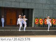 Купить «Смена почетного караула у входа мавзолея Хо Ши Мина. Ханой», фото № 20623578, снято 10 января 2016 г. (c) Виктор Карасев / Фотобанк Лори