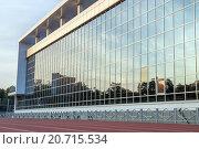 Стеклянная стена здания. Стоковое фото, фотограф Олег Вдовин / Фотобанк Лори