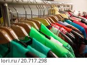 Купить «Магазин одежды», фото № 20717298, снято 16 апреля 2014 г. (c) Блинова Ольга / Фотобанк Лори