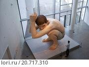Купить «Гиперреалистическая скульптура Рона Муека (Ron Mueck) - Мальчик. ARoS Aarhus Kunstmuseum, Орхус. Дания.», фото № 20717310, снято 18 октября 2014 г. (c) Elizaveta Kharicheva / Фотобанк Лори