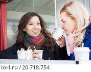 Подруги пьют кофе в уличном кафе. Стоковое фото, фотограф Оксана Лозинская / Фотобанк Лори