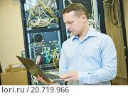 Купить «network engineer admin at data center», фото № 20719966, снято 17 января 2016 г. (c) Дмитрий Калиновский / Фотобанк Лори