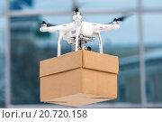 Купить «Дрон доставляет посылку», фото № 20720158, снято 13 декабря 2015 г. (c) Mark Agnor / Фотобанк Лори