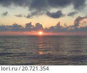 Купить «Розовый закат на Черном море, солнце и облака», фото № 20721354, снято 22 декабря 2015 г. (c) DiS / Фотобанк Лори