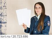 Купить «Налоговый инспектор показывает два листа белой бумаги», фото № 20723686, снято 5 января 2016 г. (c) Светлана Кузнецова / Фотобанк Лори