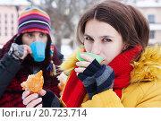 Мужчина и женщина пьют чай на зимней улице. Стоковое фото, фотограф Оксана Лозинская / Фотобанк Лори