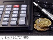 Купить «Калькулятор, шариковая ручка и монеты Банка России», фото № 20724886, снято 23 октября 2015 г. (c) Сергеев Валерий / Фотобанк Лори