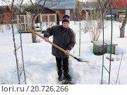 Купить «Женщина чистит снег на дачном участке», эксклюзивное фото № 20726266, снято 2 апреля 2011 г. (c) Юрий Морозов / Фотобанк Лори