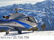 Вертолёт на фоне гор. Стоковая иллюстрация, иллюстратор Смирнов Владимир / Фотобанк Лори