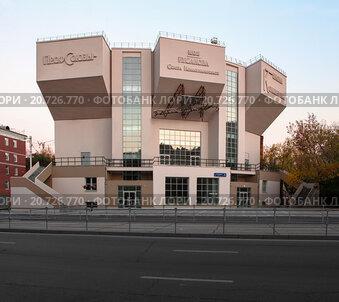 Здание клуба имени Русакова осенним вечером. Съемка 2015 года