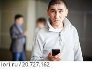 Купить «Мужчина с телефоном в руке», фото № 20727162, снято 19 января 2016 г. (c) Евгений Майнагашев / Фотобанк Лори
