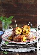 Рулетики омлета с беконом и шпинатом на тарелке. Стоковое фото, фотограф Анна Курзаева / Фотобанк Лори