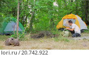 Купить «Семья готовится к пикнику на природе», видеоролик № 20742922, снято 16 августа 2015 г. (c) Tatiana Kravchenko / Фотобанк Лори