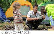 Купить «Отец собирает мангал в лесу», видеоролик № 20747062, снято 16 августа 2015 г. (c) Tatiana Kravchenko / Фотобанк Лори