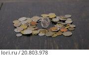 Монеты на черном столе. Стоковое видео, видеограф Yuriy Romanko / Фотобанк Лори