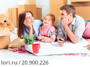 Купить «The happy family  during repair and relocation», фото № 20900226, снято 4 августа 2020 г. (c) PantherMedia / Фотобанк Лори