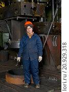 Женщина слесарь по ремонту котлов кораблей. Стоковое фото, фотограф Георгий Хрущев / Фотобанк Лори