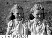 Купить «Portrait of twin sisters», фото № 20958034, снято 28 июля 2015 г. (c) age Fotostock / Фотобанк Лори