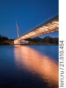 Купить «Evening light over the Sundial Bridge and the Sacramento River, Redding, California.», фото № 21010454, снято 7 ноября 2009 г. (c) age Fotostock / Фотобанк Лори