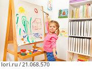 Купить «Девочка рисует за мольбертом», фото № 21068570, снято 13 декабря 2015 г. (c) Сергей Новиков / Фотобанк Лори