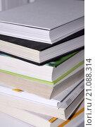 Купить «Много разных цветных книг в твердом переплете», фото № 21088314, снято 17 ноября 2015 г. (c) Сергеев Валерий / Фотобанк Лори